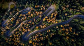 Satellietbeeld van curvy asfaltweg royalty-vrije stock afbeelding