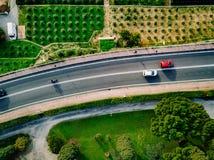 Satellietbeeld van de asfaltweg met auto's die onder de landbouwgebieden in Italië gaan stock foto's