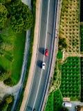 Satellietbeeld van de asfaltweg met auto's die onder de landbouwgebieden in Italië gaan stock foto