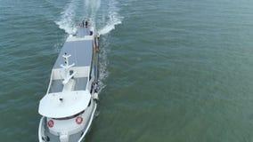 Satellietbeeld van de boot die van de luxesnelheid in de oceaan kruisen schot Antenne van luxejacht wordt geschoten die op zee kr stock video