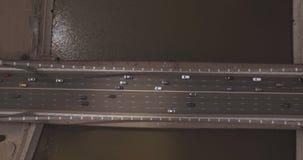 Satellietbeeld van de brug van Moskou, zwaar verkeer in de avond, de rivier van Moskou en stadshorizon tijdens zonsondergang Het  stock videobeelden