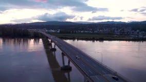 Satellietbeeld van de brug van de Opdrachtrivier bij schemer met auto's die over het omzetten stock videobeelden