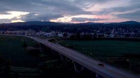 Satellietbeeld van de brug van de Opdrachtrivier bij schemer met auto's die over het omzetten stock footage