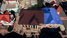 Satellietbeeld van de heldere multi-colored betegelde daken van nieuwe moderne huizen royalty-vrije stock afbeeldingen