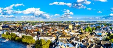Satellietbeeld van de historische stad van Maastricht in Nederland zoals die van de toren van de StJohn-Kerk wordt gezien royalty-vrije stock afbeelding