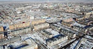 Satellietbeeld van de hommel op een kleine stad Uren en landschap Lage vijf-verdieping huizen stock videobeelden