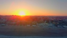 Satellietbeeld van de horizon bij zonsondergang van het Malvarrosa-strand in Valencia spanje stock video