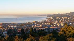 Satellietbeeld van de kabelwagen op Batumi, zeehaven, huizen, straten en bergen op de achtergrond stock video