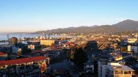 Satellietbeeld van de kabelwagen op Batumi, zeehaven, huizen, straten en bergen op de achtergrond stock videobeelden