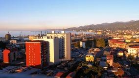 Satellietbeeld van de kabelwagen op Batumi, zeehaven, huizen, straten en bergen op de achtergrond stock footage