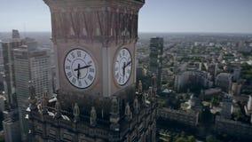 Satellietbeeld van de klok met stadswapenschild op historisch Paleis van Cultuur en Wetenschap in het centrum van Warshau stock video