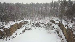 Satellietbeeld van de Korostyshevsky-granietsteengroeve tijdens de de wintersneeuwval Het gebied van Zhytomyr ukraine stock videobeelden