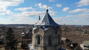 Satellietbeeld van de oude Katholieke Kerk in de Oekraïne met pegeons dichtbij het stock footage