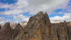 Satellietbeeld van de Pas van Paso Gardena in de provincie van Bolzano Dolomiet Het vliegen dichtbij Pizes DE Cir In ver stock footage