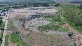 Satellietbeeld van de reusachtige stortplaats van het stadshuisvuil stock videobeelden