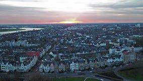 Satellietbeeld van de stad van Dusseldorf in Duitsland met de kruising van de brug van Joseph-Beuys-Ufer en Oberkasseler-- allen stock footage