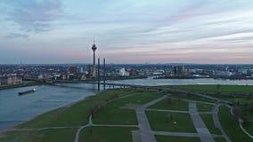 Satellietbeeld van de stad van Dusseldorf in Duitsland met de kruising van de brug van Joseph-Beuys-Ufer en Oberkasseler-- allen stock videobeelden