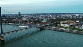 Satellietbeeld van de stad van Dusseldorf in Duitsland met de kruising van de brug van Joseph-Beuys-Ufer en Oberkasseler-- allen stock video