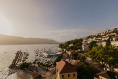 Satellietbeeld van de stad van Herceg Novi, jachthaven en Venetiaanse Forte-Merrie, de baai van Boka Kotorska van Adriatische ove stock fotografie