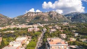 Satellietbeeld van de stad van Sorrento, Meta, Pianokust, Italië, straat van bergen oude stad, toerismeconcept, de vakantie van E stock afbeeldingen
