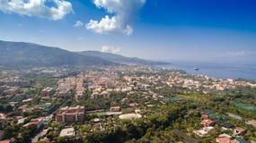 Satellietbeeld van de stad van Sorrento, Meta, Pianokust, Itali?, straat van bergen oude stad, toerismeconcept royalty-vrije stock afbeeldingen