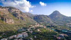 Satellietbeeld van de stad van Sorrento, Meta, Pianokust, Itali?, straat van bergen oude stad, toerismeconcept, de vakantie van E royalty-vrije stock foto