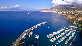 Satellietbeeld van de stad van Sorrento, Meta, Pianokust, Itali?, straat van bergen oude stad, toerismeconcept, de vakantie van E stock foto's