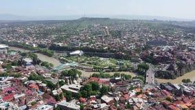 Satellietbeeld van de stad van Tbilisi Brug van Vrede, presidentieel paleis, Sameba stock video