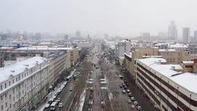 Satellietbeeld van de stadsstraat in spitsuur met hoog verkeer in sneeuwweer stock footage