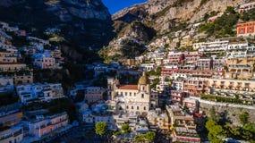 Satellietbeeld van de toeristische stad, de bergen en het strand, de hotels en de restaurants, gebouwen, bedrijfsreizen, overzees royalty-vrije stock fotografie