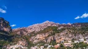 Satellietbeeld van de toeristische stad, de bergen en het strand, de hotels en de restaurants, gebouwen, bedrijfsreizen, overzees stock foto's