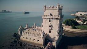 Satellietbeeld van de Toren van Belem in de lengte van Lissabon Portugal 4k stock video