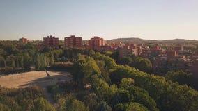 Satellietbeeld van de voorsteden van Madrid, Spanje stock footage