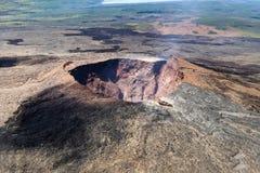 Satellietbeeld van de vulkanische kegel van Puu Oo in Hawaï Vulkanisch gas die van de krater ontsnappen stock fotografie