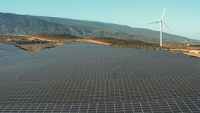 Satellietbeeld van de zonnecel van het Zonnepanelenlandbouwbedrijf De vlieg van de hommelvlucht over alternatieve vernieuwbare gr stock videobeelden