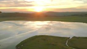 Satellietbeeld van de zonsondergang die een meer en een eik reizen Extremadura spanje stock videobeelden