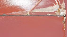 Satellietbeeld van de zoute vijvers van de zeewaterverdamping met roze kleur stock videobeelden