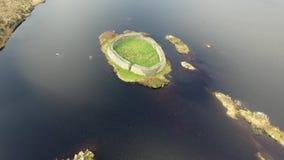 Satellietbeeld van Doon Fort door Portnoo - Provincie Donegal - Ierland stock video