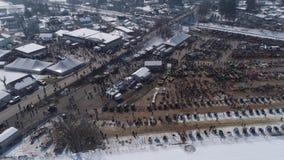 Satellietbeeld van een Amish-Verkoop van de de Wintermodder in de Modder stock videobeelden