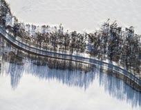 Satellietbeeld van een de winterweg tussen twee bevroren meer Het platteland van het de winterlandschap Luchtfotografie van sneeu stock foto