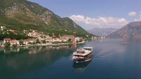 Satellietbeeld van een drijvend schip op de Baai van Kotor in Montenegro stock videobeelden