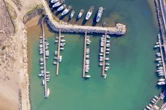 Satellietbeeld van een haven in Sicilië met vastgelegde boten stock foto