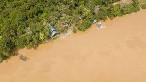 Satellietbeeld van een huis en een dok met kleine boten stock afbeelding