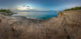 Satellietbeeld van een kustlijn op Mallorca bij zonsondergang stock foto