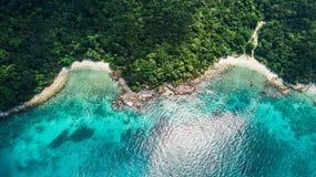 Satellietbeeld van een mooi strand in Maleisië Schildpadstrand en Adam & Eva Beach in Pulau Perhentian Kecil stock afbeeldingen