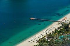 Satellietbeeld van een mooie overzeese kust in Doubai stock foto