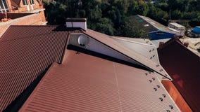 Satellietbeeld van een nieuw groot bruin dak van modern materiaal van uitstekende kwaliteit stock afbeeldingen