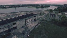 Satellietbeeld van een oud vernietigd gebouw stock videobeelden