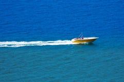 Satellietbeeld van een parasailing boot op het overzees royalty-vrije stock afbeelding