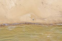 Satellietbeeld van een strand met golven stock afbeeldingen
